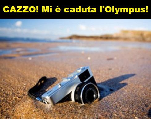 Foto di una macchina fotografica caduta in acqua con vignetta che recita: cazzo, mi è caduta la Olympus!