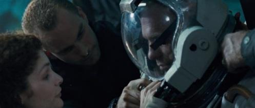 Gli attori Ed Harris, Mary Elizabeth Mastrantonio e Adam Nelson in una scena di The Abyss