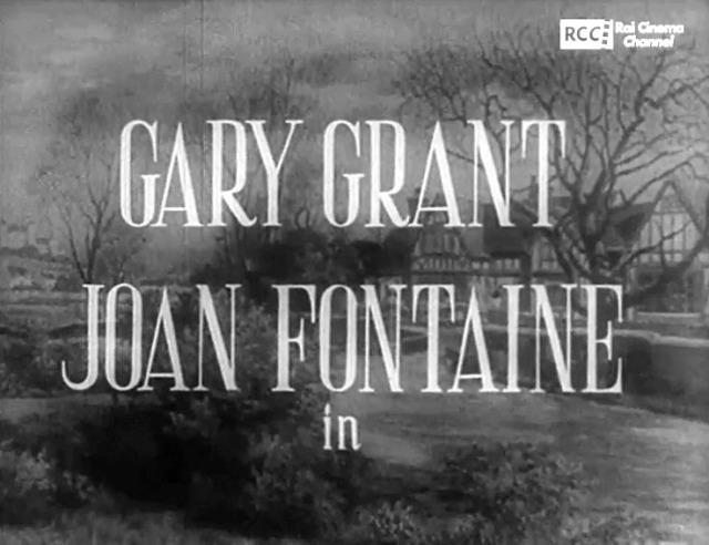 Fotogramma dei titoli di testa in italiano del film Il sospetto, leggono Gary Grant e Joan Fontaine in